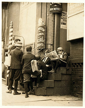 Stoop (architecture) - Newsboys congregating on a stoop, 1910