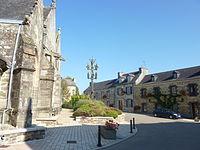 Lopérec 11 Façade sud de l'église, calvaire et partie sud du bourg.jpg