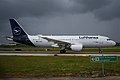 Lufthansa Airbus A320 D-AIZC (26908544017).jpg