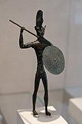 Statuette en bronze d'un soldat avec une lance, un casque à crête et un bouclier.