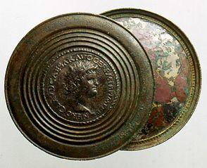 Miroir bivalve orné de deux médaillons monétaires (29291)