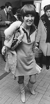 Mary Quant nel dicembre 1966, con indosso un miniabito di sua realizzazione e degli stivaletti.