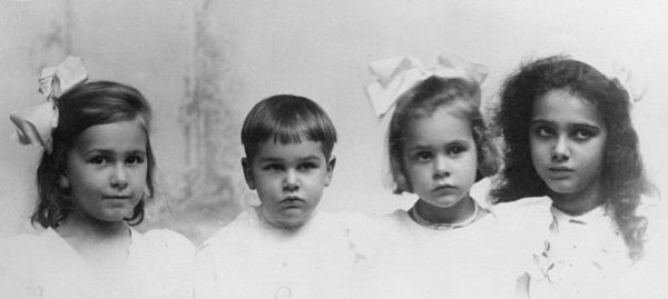 "McClintock children, from left to right: Mignon, Malcolm Rider ""Tom"", Barbara and Marjorie McClintock family 1907.jpg"