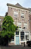 foto van Pand met rechte kroonlijst, bogen met natuursteen blokken boven vensters