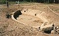 Mont Beuvray, Bassin monumental à Bibracte pendant les fouilles, 1988..jpg