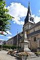 Monument aux morts et église Saint-Sauveur de Thury-Harcourt.jpg