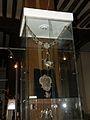 Musée de l'archerie salle IV collier de roi.JPG