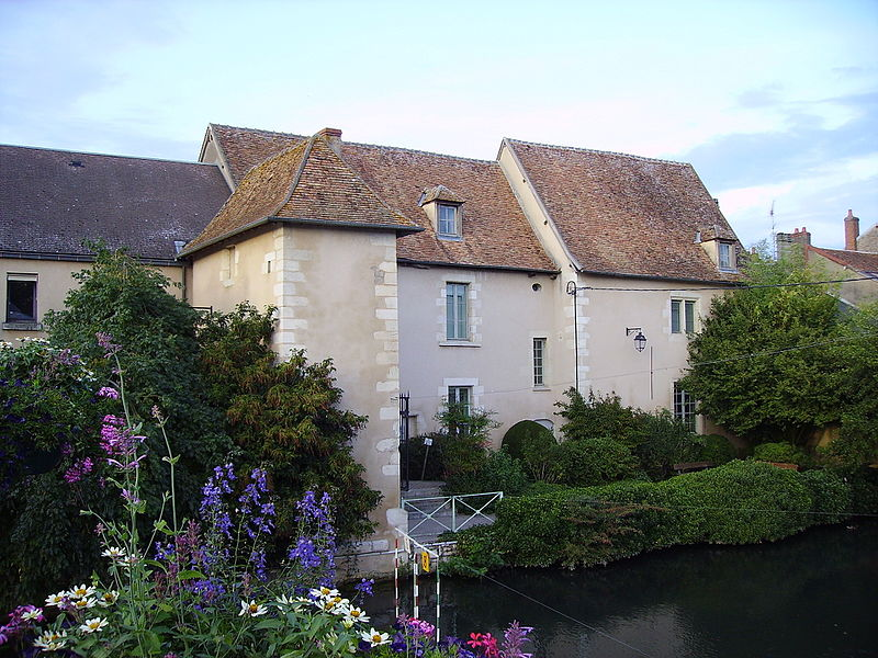 Façade (côté Nohain) de l'ancien couvent des Augustins qui abrite le musée de la Loire.