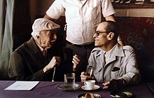 نجيب محفوظ مع توفيق الحكيم عام 1982 في مقهى الشانزليزيه بالقاهرة