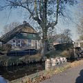 Overzicht gracht met bruggetje en boerderijs - Giethoorn - 20357507 - RCE.jpg