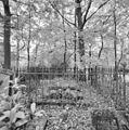 Overzicht grafmonument met gebeeldhouwde honden van Cécile Smissaert - Diepenveen - 20350895 - RCE.jpg