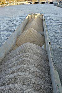 Péniche graviers sable Seine.jpg
