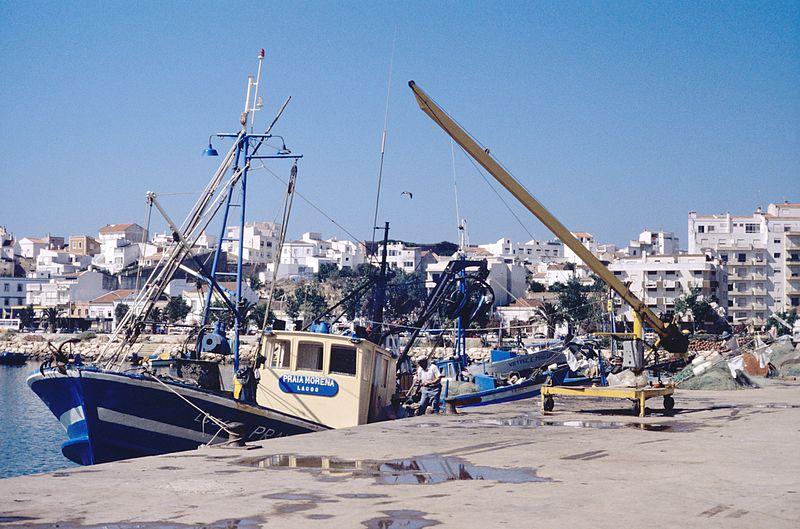 File:Pêcheurs et bateaux de pêche de Lagos (1).jpg