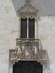 Palacio de la Marquesa de Cartago. Dintel y ventana sobre puerta.jpg