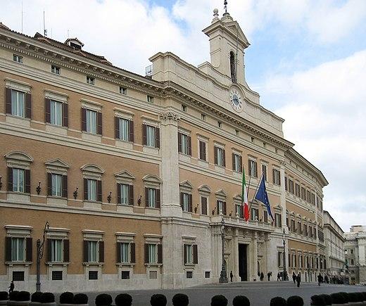Vista della facciata di palazzo montecitorio for Sede camera deputati