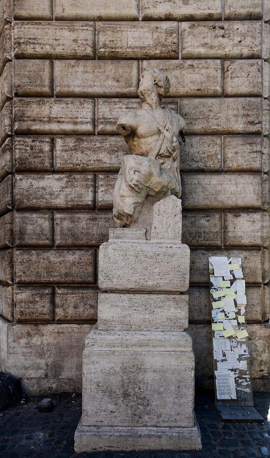 La statua di Pasquino, III secolo a.C., Piazza Pasquino, Roma