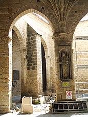 Patio de la Iglesia de Santa María de los Reales Alcázares (Úbeda) 01.jpg