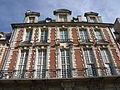Pavillon de la Reine Place des Vosges Paris (haut).jpg
