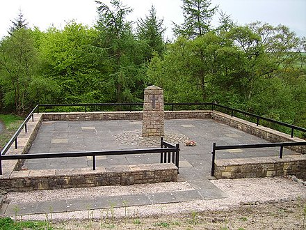 The memorial obelisk above the site of the collapse Penmanshiel Tunnel collapse (monument).jpg