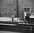 Peuter in een box aan boord van motorschip Express 20, Bestanddeelnr 254-1654.jpg