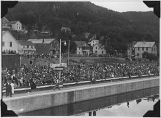 Photograph of crowd onshore assembled for Alma, WI dam dedication. - NARA - 282431.jpg