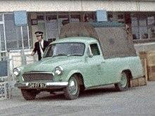 zaparkovaný zelený pick-up splachtou