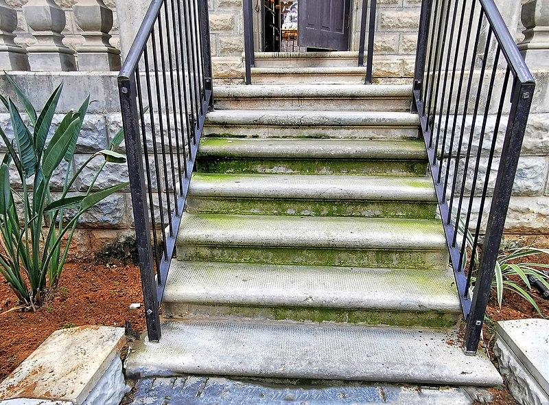 מדרגות לבניין בשרונה