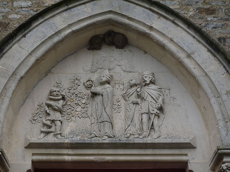 Tympan: saint Julien sauvant un enfant de l'étreinte d'un serpent.