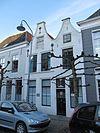 foto van Huis met geverfde dubbele klokgevel