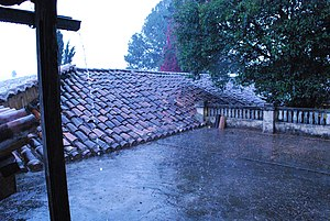 English: Rain pouring on roof at Casa Na Bolom...
