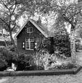 Rechter zijgevel van houten huisje met roedeverdeling en luikjes - Reeuwijk - 20400655 - RCE.jpg