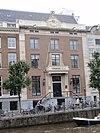 foto van Dubbel huis met gevel van drie traveeën met zandstenen hoeklisenen, zandstenen lijst met attiek en dito ingangspartij met balcon