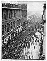 Rue de Rivoli, défilé du Bataillon américain, 4 juillet 1917 - Paris 01 - Médiathèque de l'architecture et du patrimoine - APZ0003581B.jpg