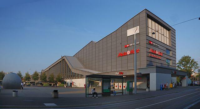 Passerelle Bahnhof SBB [Urheberrecht siehe https://commons.wikimedia.org/wiki/File:SBB_Basel_(Passarelle).jpg]