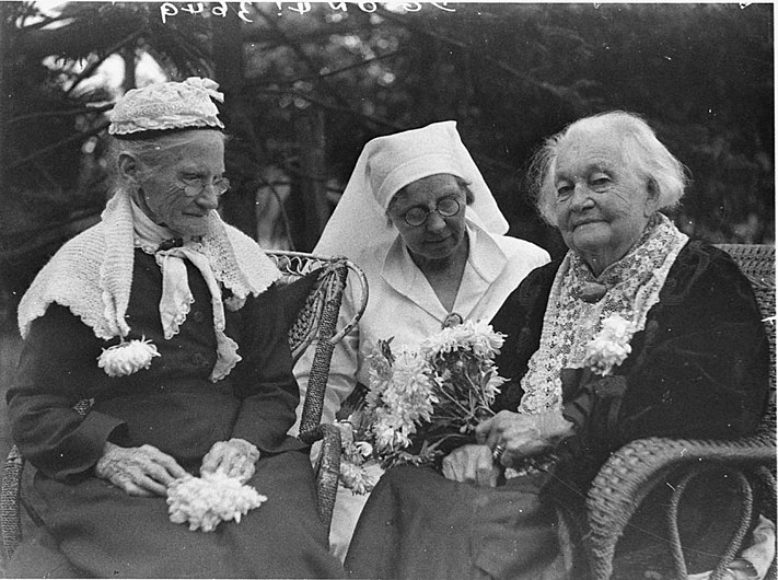 SLNSW 51937 Two old women with nurse.jpg