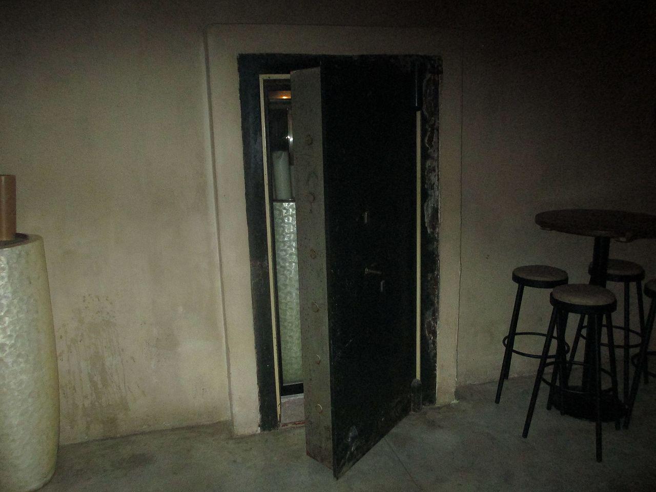 File:Safe room door in Sarona Compound.jpg - Wikimedia Commons