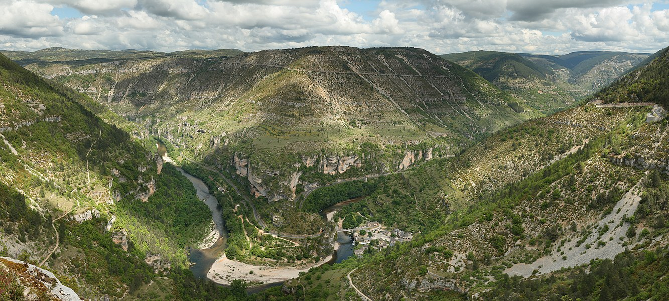 View over the cirque of Pougnadoires and Saint-Chély-du-Tarn village, in the Tarn Gorges, from the cirque of Saint-Chély. This picture features the road D 907bis which goes alongside the Tarn river all along the gorges. This picture is a mosaic of 14 pictures taken at 43mm, f/8.0, 1/250s and ISO 100. Stitching was done with Hugin and Enblend. Resulting hozirontal FOV is 118°.