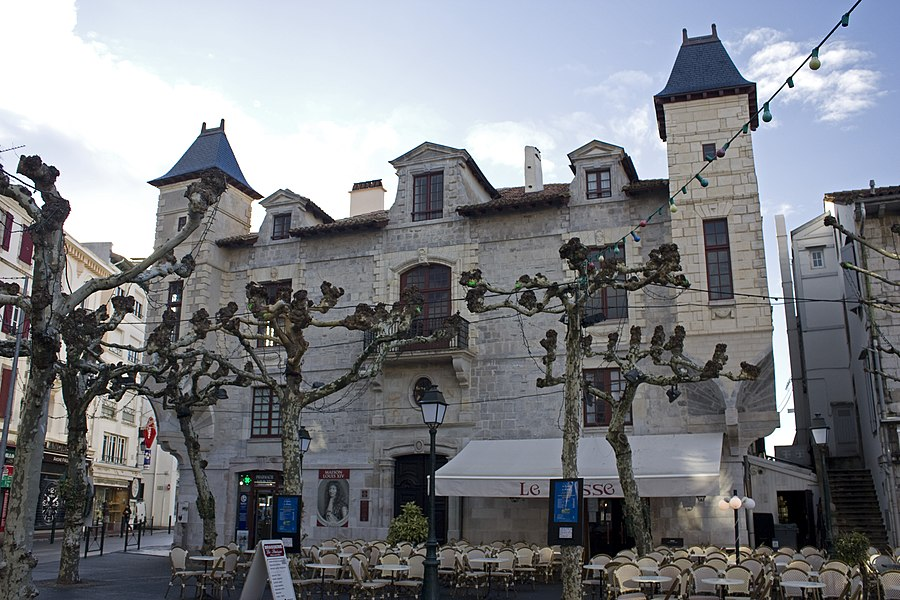 English:  Main facade of the Maison Louis XIV.