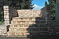 Sellyei világháborús emlékmű mellvédjének lépcsője.jpg