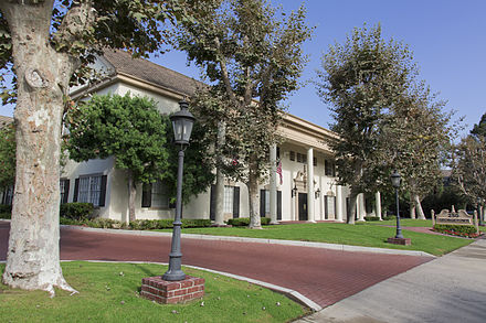 Examples Of Southern Colonial Architecture In California A Wide Setback From The Street Liberally Decorated With Foliage And Brick As Seen Here