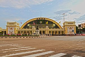 Bangkok Railway Station - Image: Six o'clock at Bangkok Railway Station