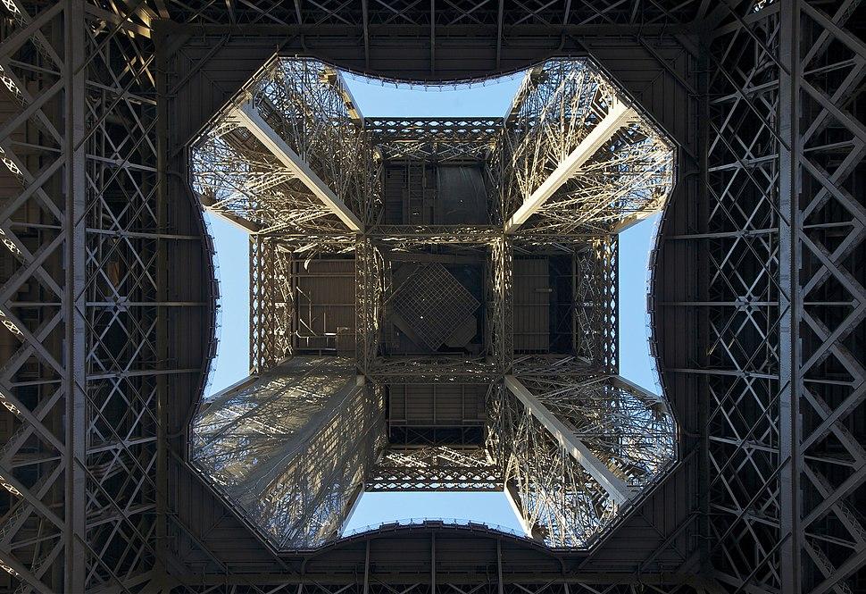 Sous la Tour Eiffel 1