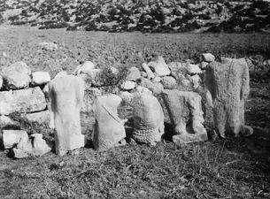 Statyer i stengärdsgård. Oura. staty - SMVK - C01390.tif