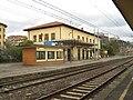 Stazione di Castiglion Fiorentino-Fabbricato viaggiatori visto dal binario 2.JPG