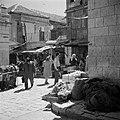 Straatje met voorbijganger en winkelend publiek in de wijk Mea Shearim, Bestanddeelnr 255-0386.jpg