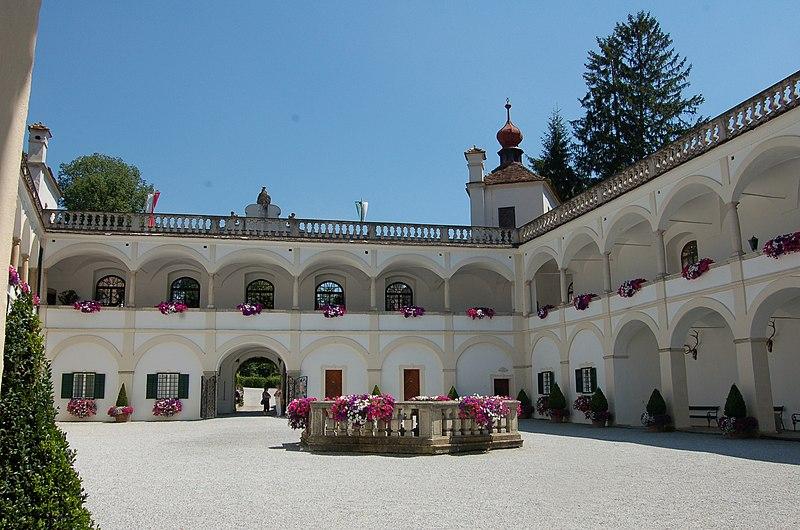 File:Stubenberg Schloss Herberstein Hof2.JPG