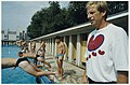 Studenten van de CIOS-sportopleiding duiken het buitenbad van de Houtvaart in onder toezicht van K. Mantjes. NL-HlmNHA 54037186.JPG