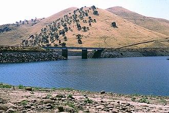 Lake Success (California) - the highway 190 bridge on lake success