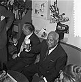 Sydney Bechet tekent grammofoonplaten bij Discotone eigenaar Hank van Leer L. , Bestanddeelnr 908-0489.jpg