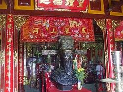 Tượng Thoại Ngọc Hầu trong đền thờ tại Sơn lăng